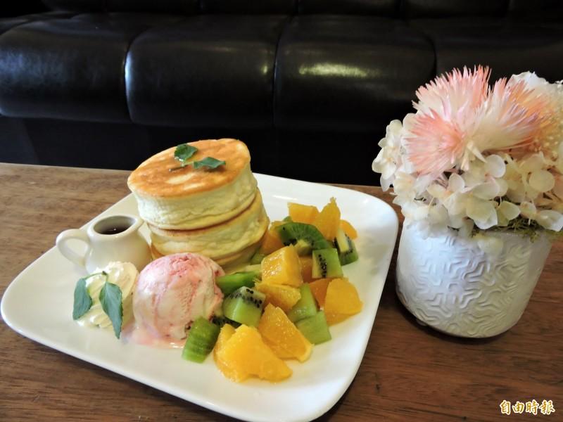 厚鬆餅搭配水果、蜂蜜及冰淇淋,令人食指大動。(記者張菁雅攝)