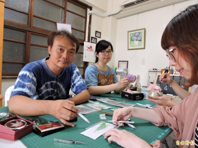 手作老師林偉(左前)與黃美倩(左後)都在種籽手作空間開課。(記者張菁雅攝)