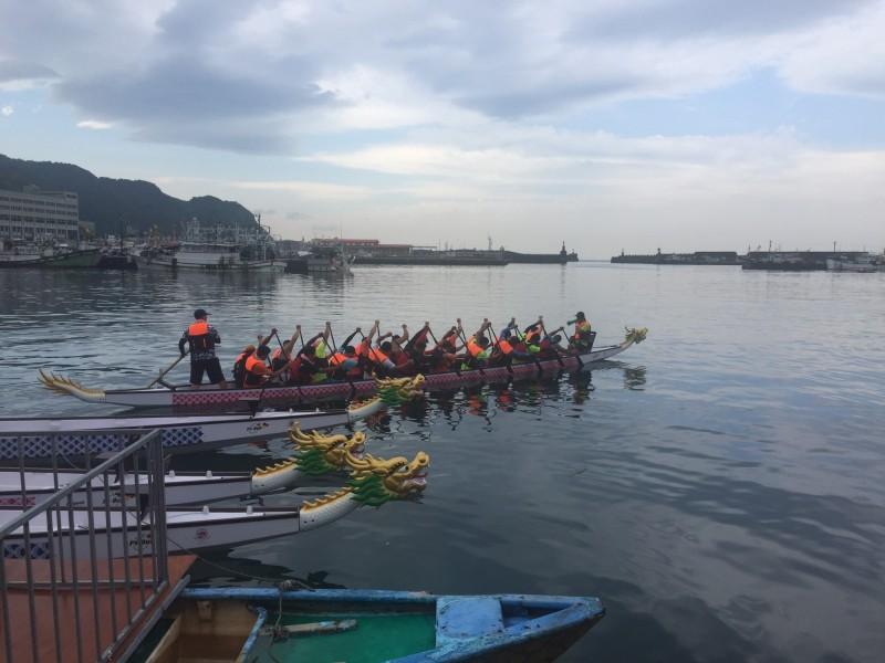 基隆環保局今年要挑戰端午龍舟賽十連霸,隊員加緊練習。(記者林欣漢翻攝)