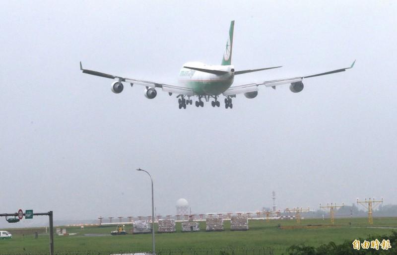 長榮航空公司波音747-400機隊中最後一架B-16407號全貨機,6月4日降落桃園機場,執行退役前最後一個航班任務。(記者姚介修攝)