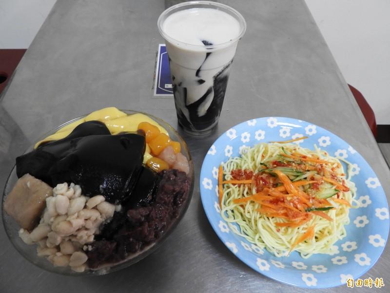 「紅豆麻吉」甜品店的三項招牌產品,分別是仙草剉冰、仙草凍拿鐵及泰式涼麵。(記者賴筱桐攝)