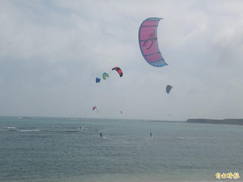 澎湖縣長賴峰偉宣布打造風箏浪板基地,瞄準二零二四奧運金牌。(記者劉禹慶攝)