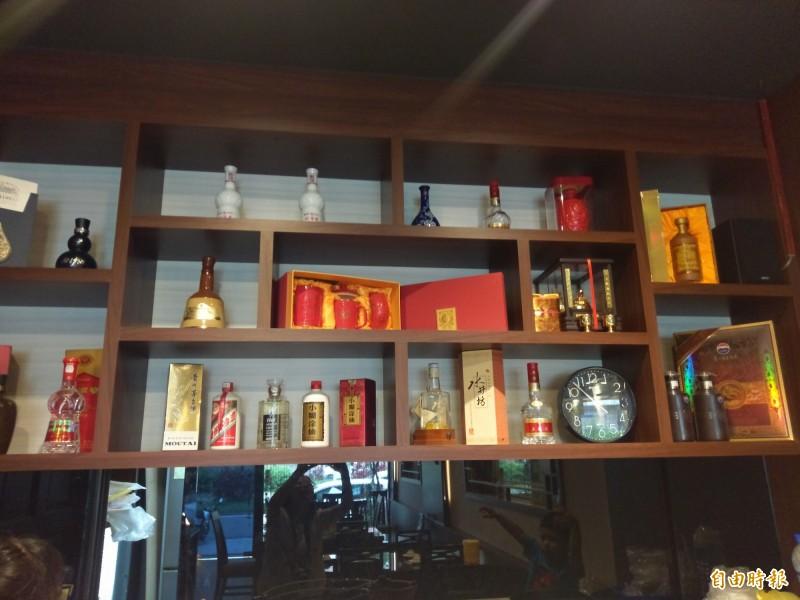 店內擺設老闆收藏的白酒。(記者王善嬿攝) <h4>☆飲酒過量  有害健康  禁止酒駕☆</h4>