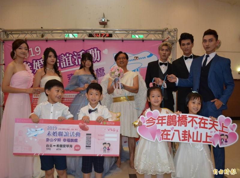 彰化市長林世賢(中)化身愛神邱比特,呼籲未婚男女參加未婚聯誼,有機會抽中機票。(記者湯世名攝)