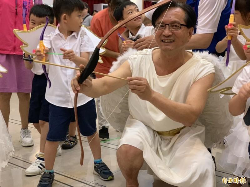 彰化市長林世賢(中)化身愛神邱比特,對未婚男女射出愛神的箭。(記者湯世名攝)