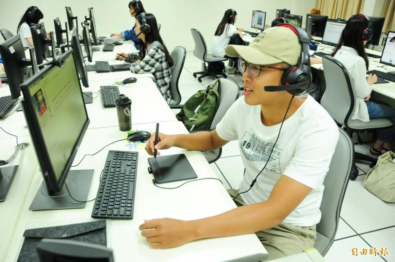 靜宜大學配合教育部推動「數位學伴計畫」,嘉惠偏鄉學童。(記者歐素美攝)