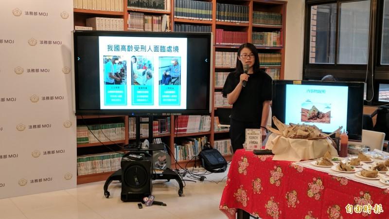 矯正署社工師陳妙平解釋我國高齡收容人的處境。(記者吳政峰攝)