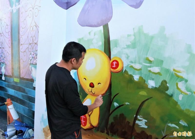 目前正著手「微整型」的北門遊客中心館外的彩繪牆面。(記者楊金城攝)