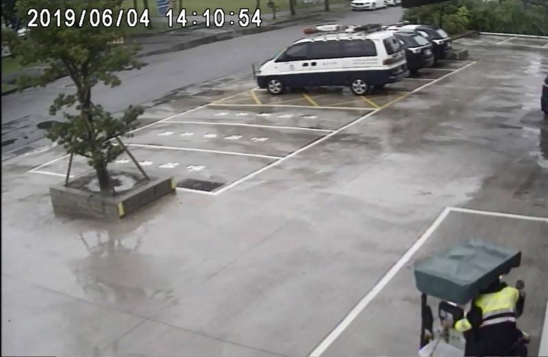 員警帶老婦回派出所休息,還淋雨幫老婦推電動車回派出所(記者蘇金鳳翻攝)