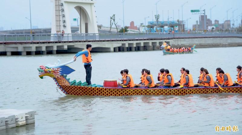 啟動渡假模式!端午節三天連續假期就這樣玩新竹市!可觀賞龍舟競賽,還可到青草湖划天鵝船,更可騎單車遊新竹左岸及微笑水岸。(記者洪美秀攝)