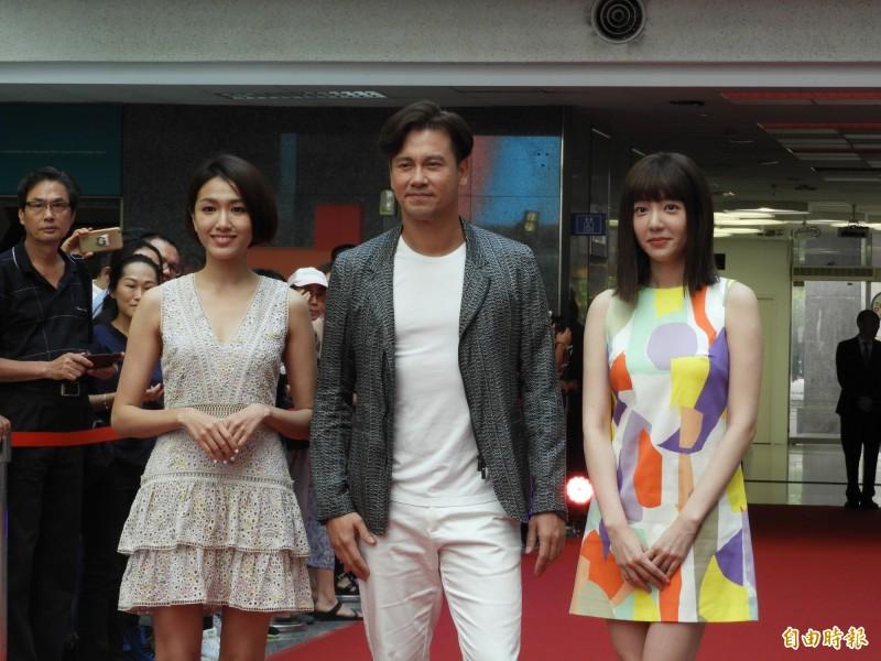 李聖傑(中)、郭雪芙(右)、林意箴(左)等人,參加「甄愛高雄群星會」。(記者葛祐豪攝)