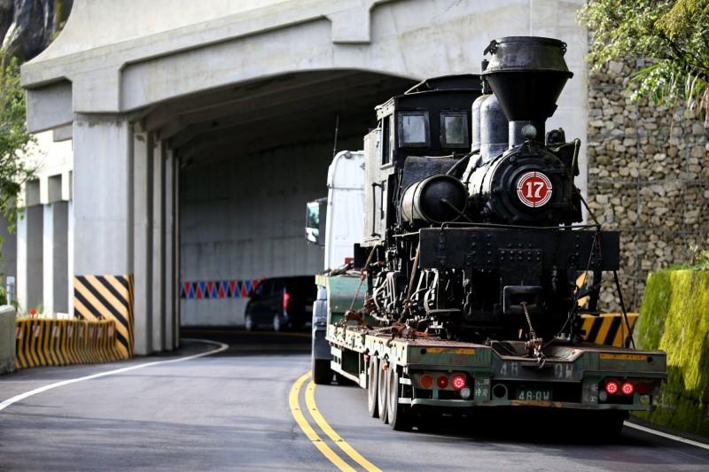 阿里山林業鐵路及文化資產管理處今天公布蒸汽機車頭吊運照片。(阿里山林鐵及文資處提供)