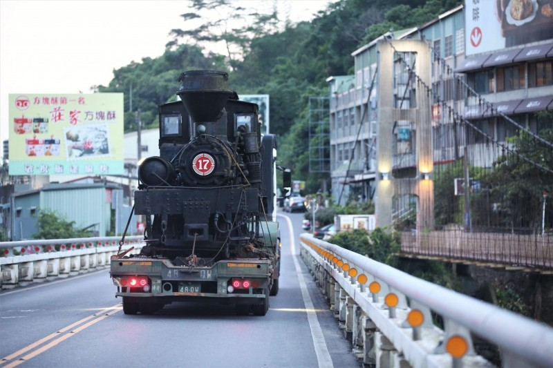 17號阿里山林鐵蒸氣機車頭已經107歲,難得現身街頭、鐵道迷驚豔。(阿里山林鐵及文資處提供)