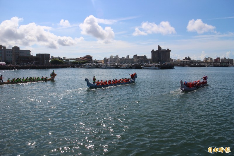 澎湖是全台少數內海龍舟競賽,在馬公第三漁港登場競技。(記者劉禹慶攝)
