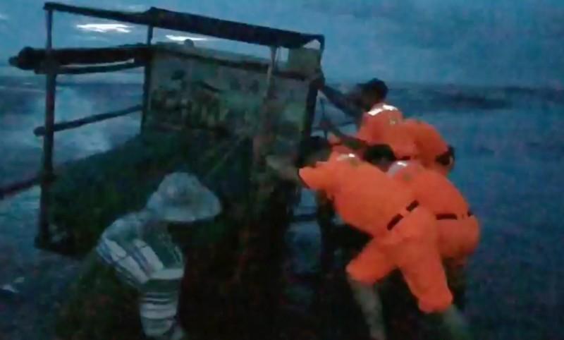 許姓蚵農蚵車陷入泥砂,又逢漲潮情勢危急,海巡人員獲報前往救援。(記者陳冠備翻攝)