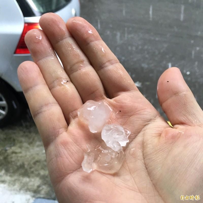 基隆市今天下午下起雷陣雨,不僅雨勢強,還夾雜一顆顆十元硬幣大小的冰雹,冰雹撞擊到地面,打到車頂上,「啪噠啪噠」作響。(記者林嘉東攝)
