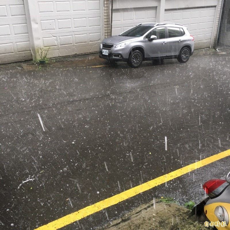 基隆市今天下午下起雷陣雨,雨勢強勁。(記者林嘉東攝)