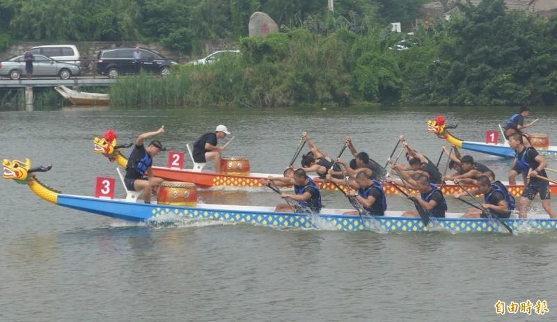 金門舉辦龍舟賽,參賽隊伍不乏年輕選手,比賽過程拚勁十足。(記者吳正庭攝)