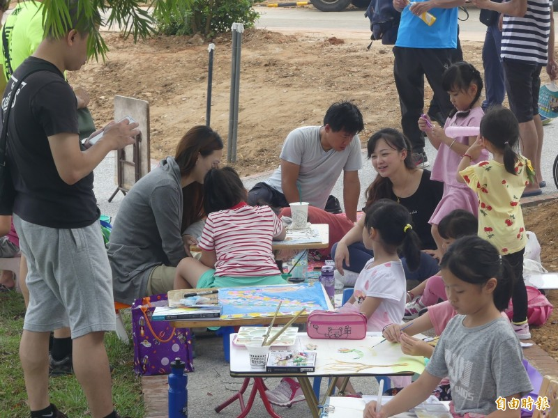 金門龍舟競賽周邊舉辦親子寫生比賽。(記者吳正庭攝)
