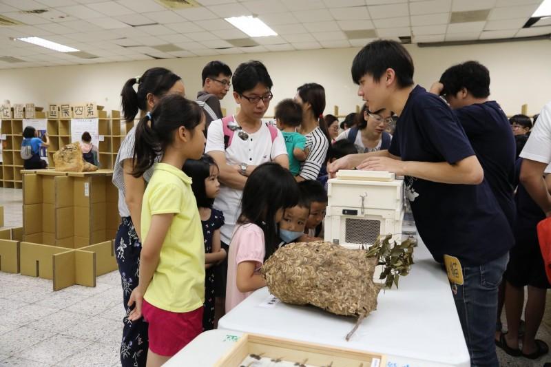 興大昆蟲展展示活體蜜蜂、蜂巢、蜂箱、標本等,讓小朋友很好奇。(記者蔡淑媛翻攝)