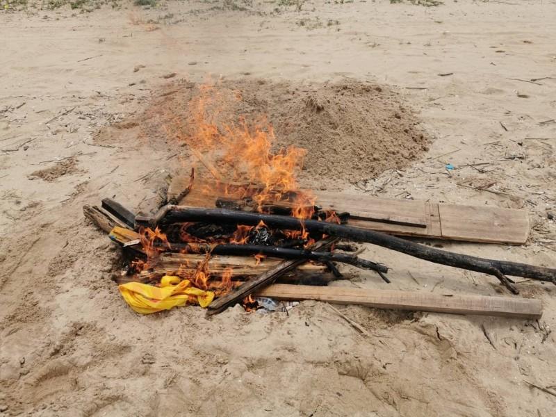金門縣防疫所將金寧鄉慈湖三角堡發現的海漂豬屍焚毀。(金門縣政府提供)