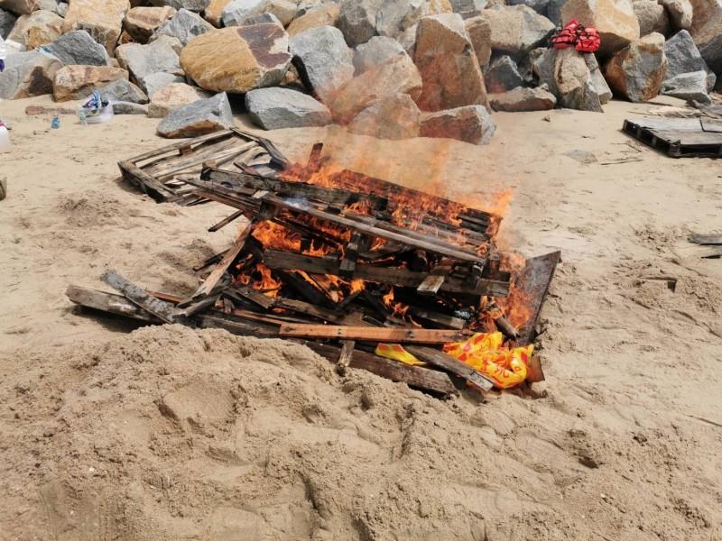 金門將金湖鎮尚義海灘岸際發現的海漂死亡豬隻,現場焚毀。(金門縣政府提供)