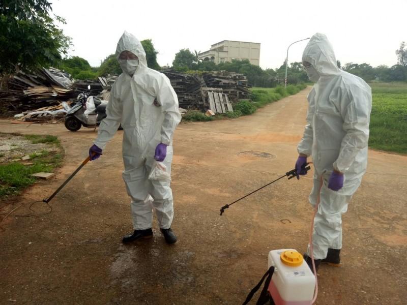 金門縣防疫人員針對現場、人員、車輛及器械進行消毒。(金門縣政府提供)