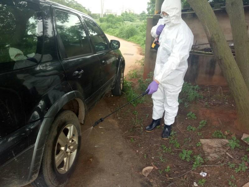金門縣防疫人員針對防疫作業現場、人員、車輛及器械進行消毒。(金門縣政府提供)