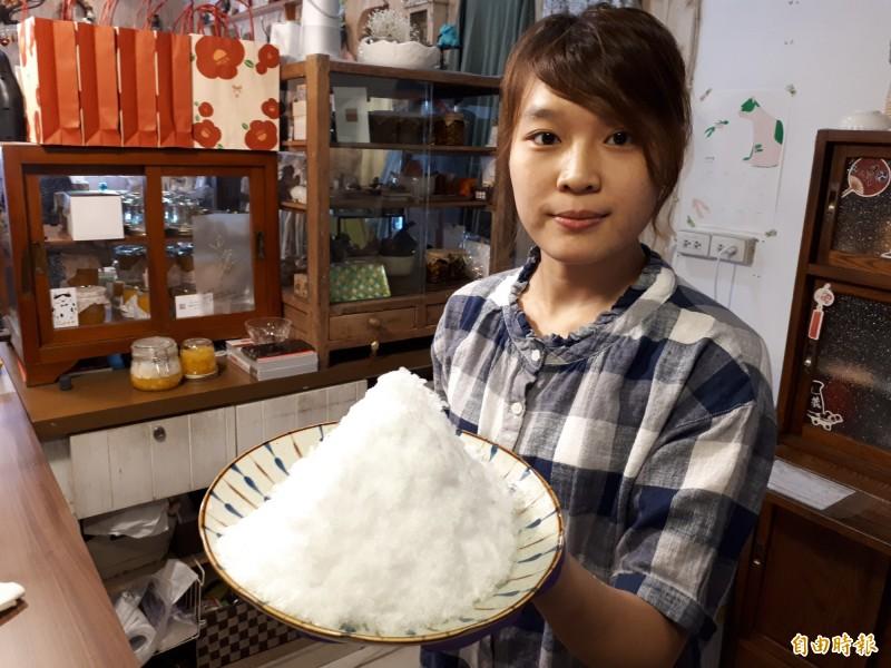 新竹市第一間日式刨冰店慕淳日式刨冰,使用日本原裝進口的刨冰機,使用一般純天然水的冰磚,透過特製的冰刀,刨出來的冰相當綿密,有如鵝絨般,又像雪花,刨冰入口即化,口感特別。(記者洪美秀攝)
