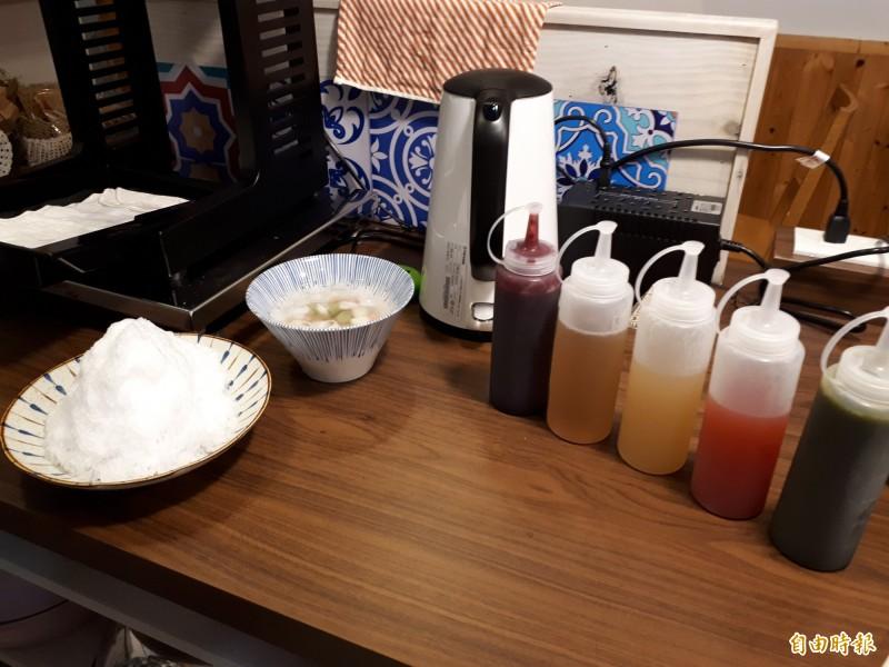 新竹市慕淳日式刨冰店內使用的果醬或淋汁,全是店家侑子用天然水果加上香草或月桂葉熬煮而成,吃起來天然無負擔,就連糯米小糰子也是手工做成,很受日本人喜歡,常會網路預定果醬。(記者洪美秀攝)