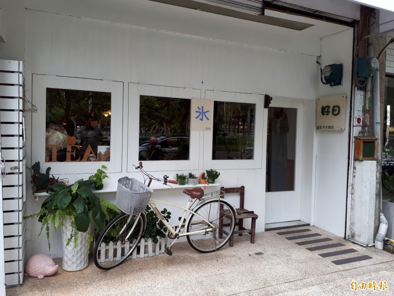 新竹市第一間日式刨冰店慕淳日式刨冰位在三民路隆恩圳及中央公園旁,日式風格的外觀,很有日本小店的風格,裡面的擺設也有濃濃日本味。(記者洪美秀攝)