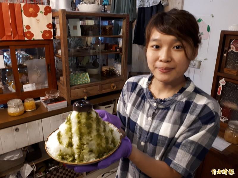 新竹市慕淳日式刨冰的「一抹青紅」口味,除有綿密的刨冰,還會淋上抹茶醬,更搭配紅豆黑米做成的果粒和果凍,吃起來很有層次感。(記者洪美秀攝)