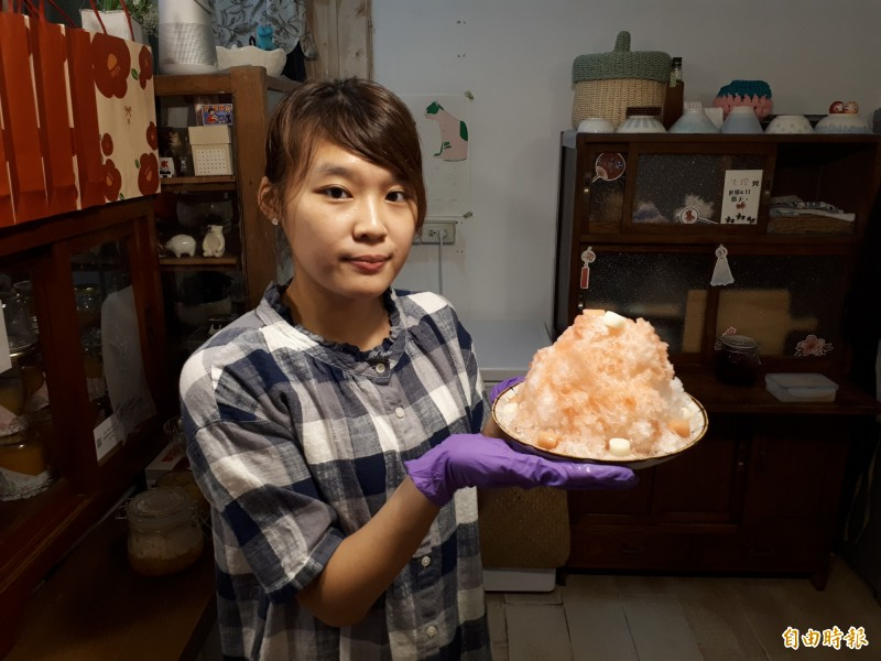 新竹市慕淳日式刨冰的「粉紅泡泡」是用西瓜果醬汁為主,還會灑上海鹽,吃起來消暑又透沁涼。(記者洪美秀攝)