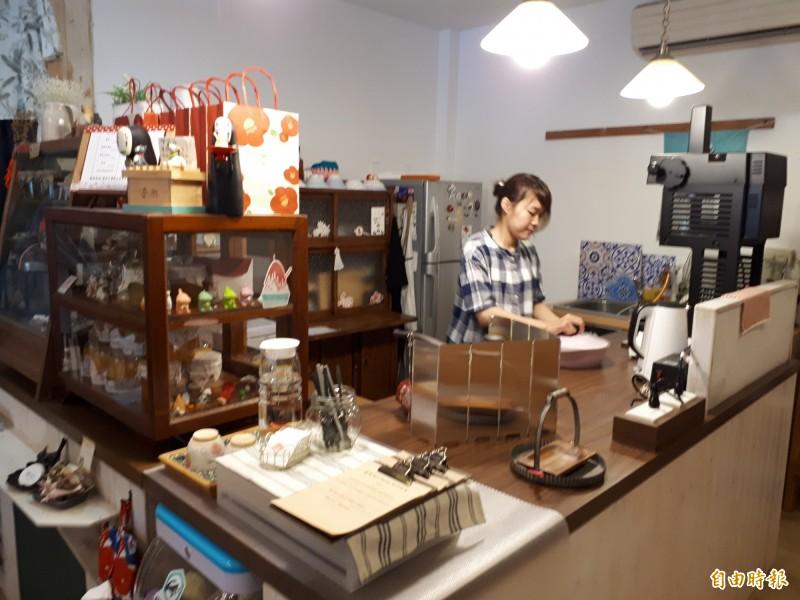 新竹市第一間日式刨冰店慕淳日式刨冰位在三民路隆恩圳及中央公園旁,日式風格的外觀,很有日本小店的風格。(記者洪美秀攝)