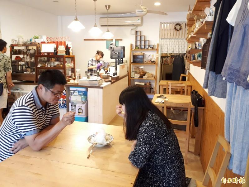 新竹市第一間日式刨冰店慕淳日式刨冰位在三民路隆恩圳及中央公園旁,日式風格的外觀,很有日本小店的風格,吸引許多消費者上門嚐鮮。(記者洪美秀攝)