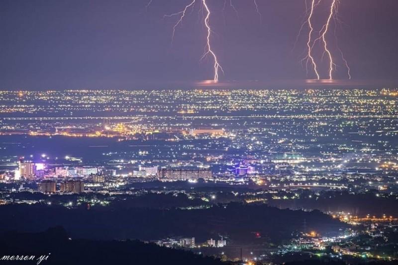嘉義地區的夜景搭配上沿海巨大的閃電,形成特殊景觀。(易姓攝影迷提供)