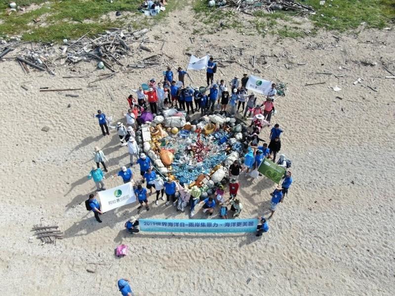 吳成夫帶領環保團體,以海廢製作美麗的海洋之心。(吳成夫提供)