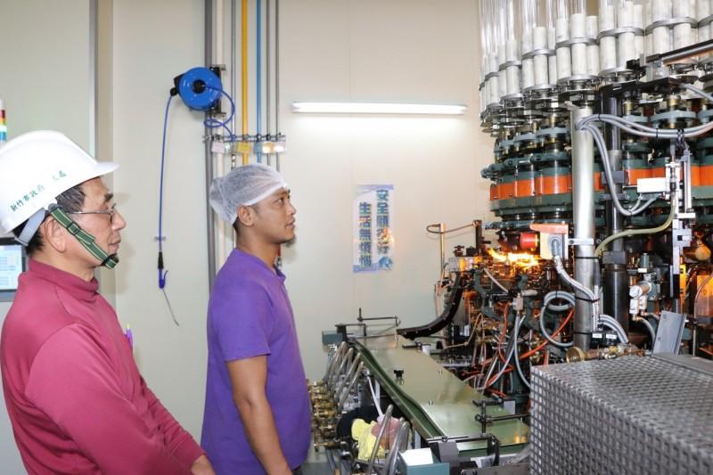 鄭建銘(左)進行工安輔導檢視作業流程的情形。(記者蔡彰盛翻攝)
