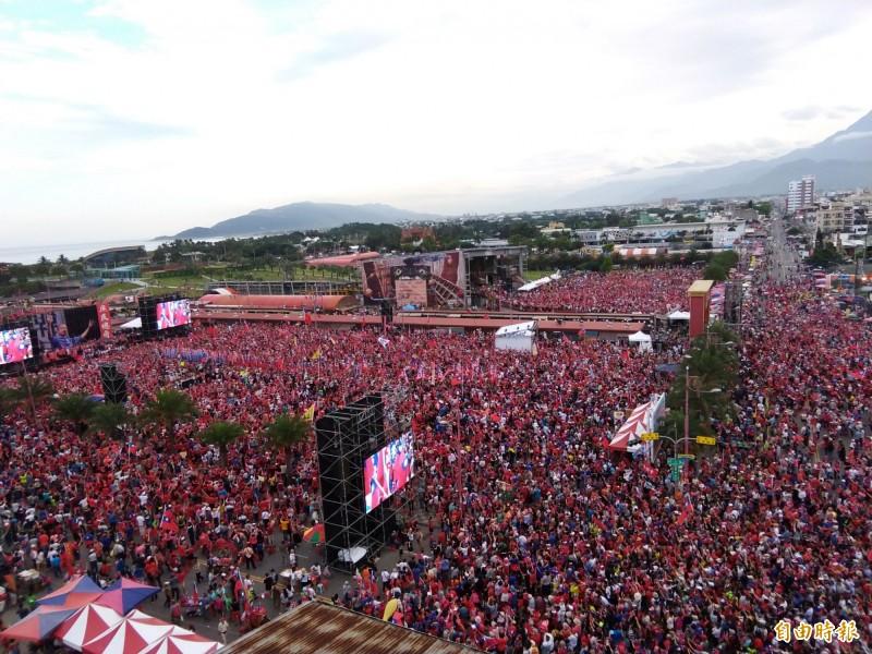 韓粉花蓮造勢大會,韓國瑜剛上台致詞時,宣布已正式登記參選國民黨提名總統初選。(記者王錦義攝)