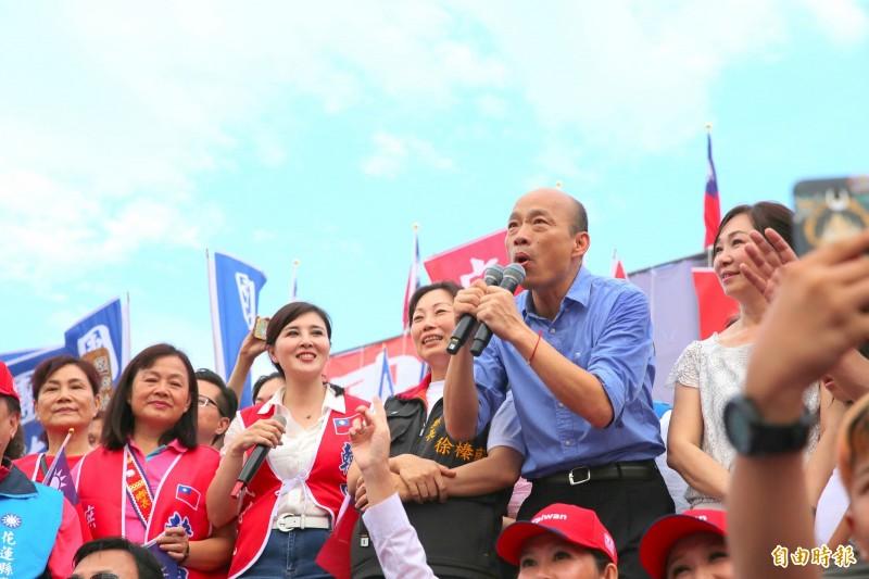 力挺高雄市長韓國瑜選總統的花蓮造勢大會今登場,韓國瑜下午5點20分在夫人李佳芬陪同下上台。(記者王峻祺攝)