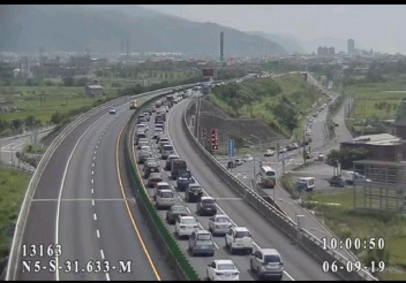 國道5號目前回堵約5.5公里。(圖擷取自國道即時路況資訊)