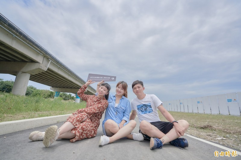 點亮微笑水岸!新竹市政府將在27公里的微笑水岸裝設159面的指標系統和212盞路燈照明,讓民眾和遊客可以暢遊10公里新竹左岸和17公里自行車道,享受生態教育之旅,預計年底完工。(記者洪美秀攝)