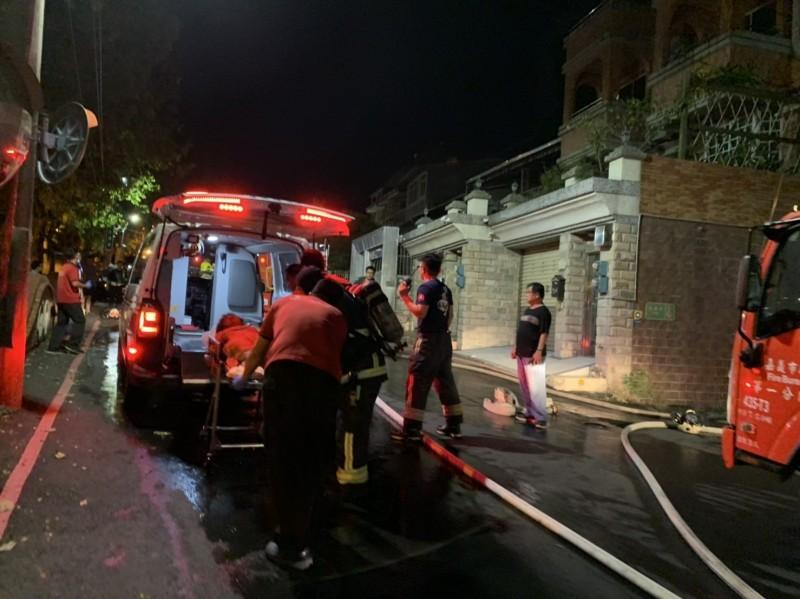 消防員救出受困的8旬老夫婦送醫。(記者丁偉杰翻攝)