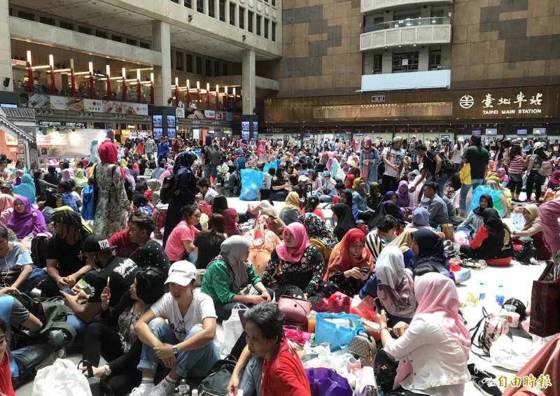 台北車站大廳擠滿移工慶祝開齋。(記者蔡思培攝)