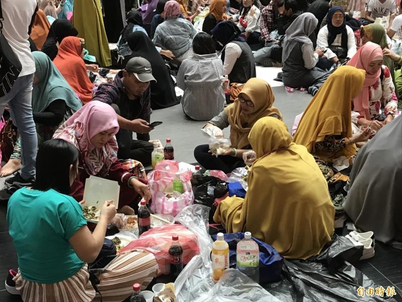 穆斯林們開心分享食物慶開齋。(記者蔡思培攝)
