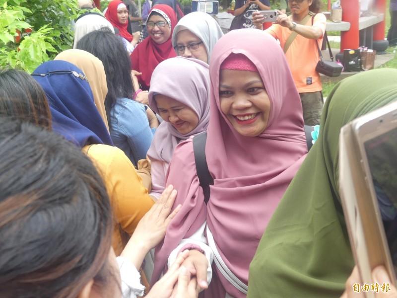 金門穆斯林舉辦「開齋節」團聚,用握手、擁抱等方式象徵一切重新開始。(記者吳正庭攝)