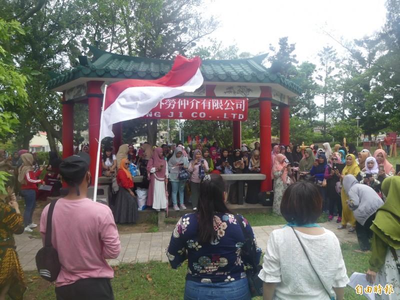 金門的穆斯林帶著印尼國旗,以歌唱、朗頌經文等團聚活動歡度家鄉印尼的傳統節日「開齋節」。(記者吳正庭攝)