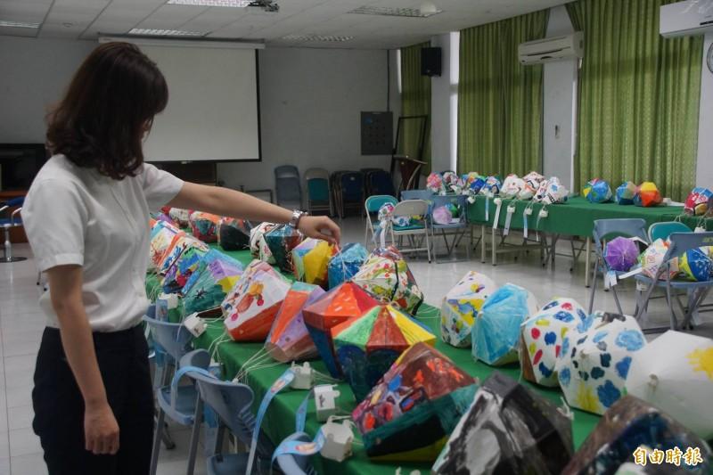 「彩繪天空看見台東」熱氣球燈籠彩繪經評審,挑選出幼兒園8名,國小組16名佳作。(記者陳賢義攝)