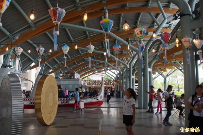台鐵台東站將參賽學生作品組合,高掛在在戶外棚架區做展示,超吸晴。(記者陳賢義攝)
