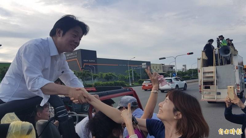 賴清德「壯大台灣車隊遊行」抵達嘉市,賴受到女粉絲熱情歡迎,高喊「凍蒜!」 (記者丁偉杰攝)